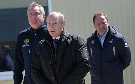 Вице-премьер РФ Дмитрий Рогозин, президент России Владимир Путин иглава «Роскосмоса» Игорь Комаров (слева направо) накосмодроме Восточный передзапуском ракеты-носителя «Союз-2.1а», 28 апреля 2016 года