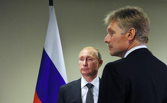 Президент России Владимир Путин (слева) и его пресс-секретарь Дмитрий Песков