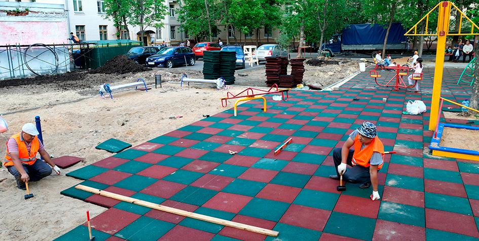 Укладка плитки во дворе на детской игровой площадке