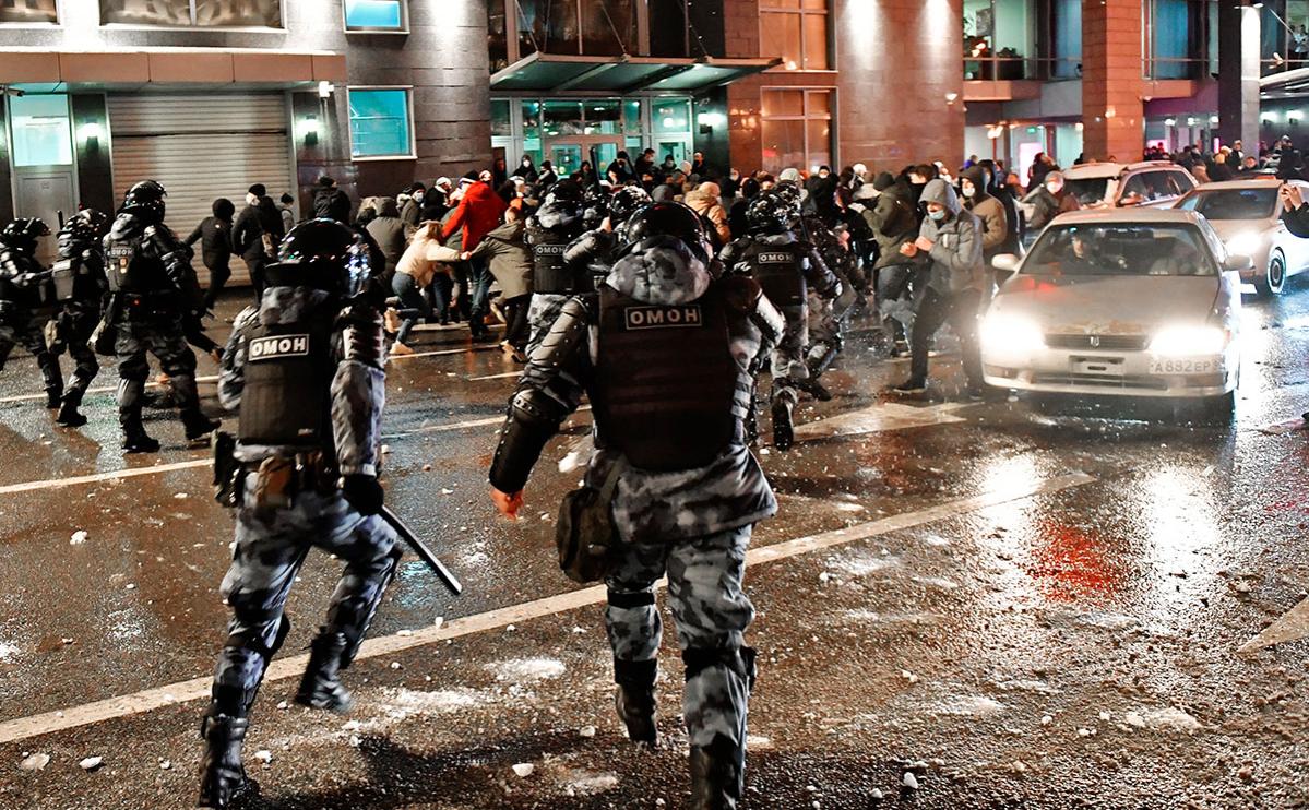 Сотрудники правоохранительных органов и участники несанкционированной акции сторонников Алексея Навального на Цветном бульваре в Москве