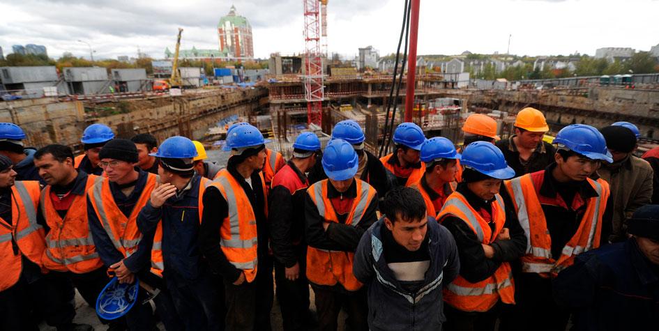 Иностранные рабочие во время проведения рейда по выявлению нелегальных мигрантов