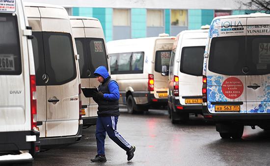 Маршрутные такси на одной из улиц Москвы, 2015 год