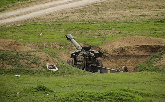 Военнослужащие на артиллерийской позиции в зоне карабахского конфликта, 4 апреля 2016 года
