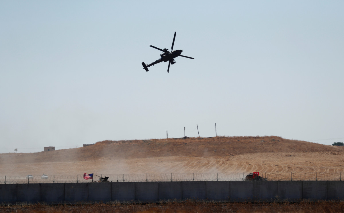 Турецкий вертолет на границе с Сирией