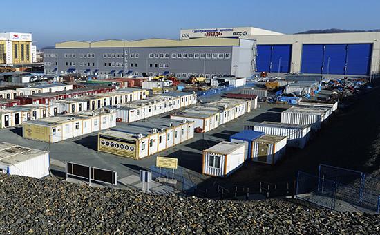 Вид на Дальневосточный завод «Звезда», специализирующийся на ремонте подводных лодок Тихоокеанского флота и кораблей атомных подводных ракетоносцев