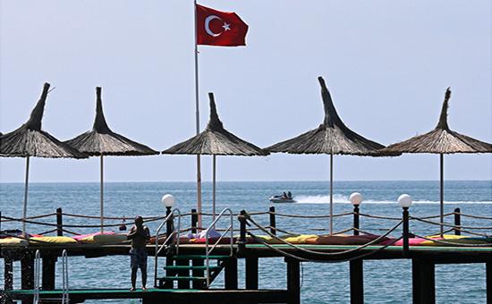 Отдыхающие на одном из пляжей Турции