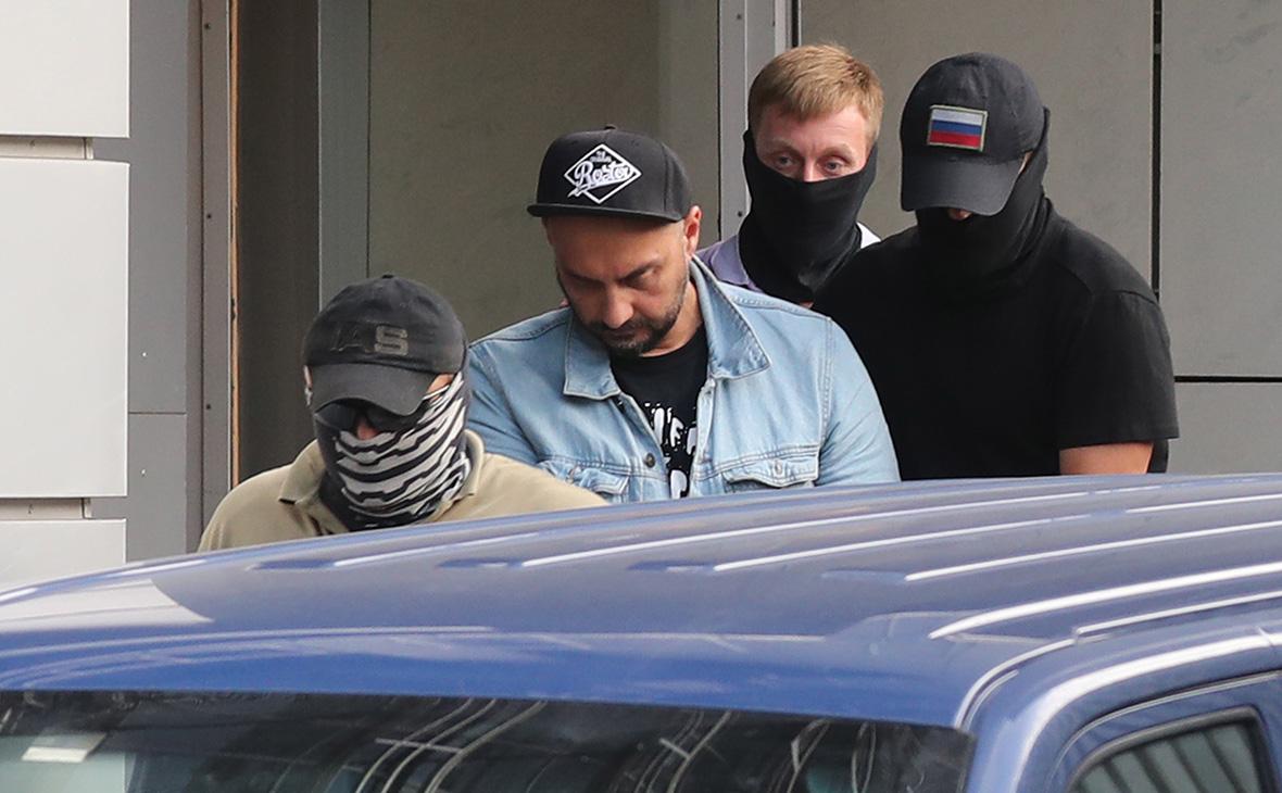 Кирилл Серебренников (второй слева) у здания Следственного комитета