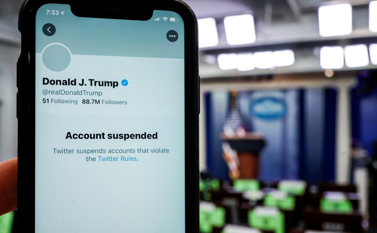 Американские сервисы начали блокировать аккаунты сторонников Трампа