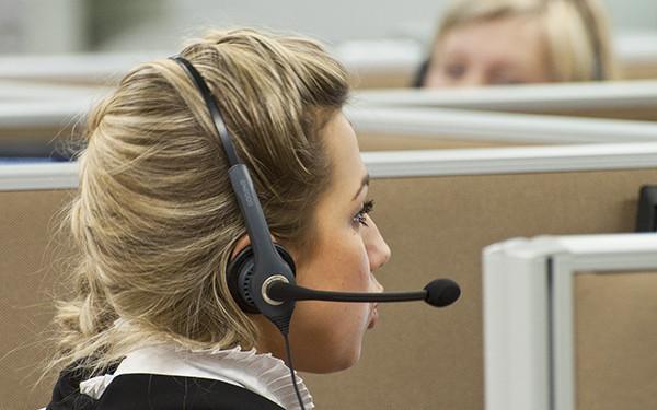 Оператор во время консультации клиентов банка