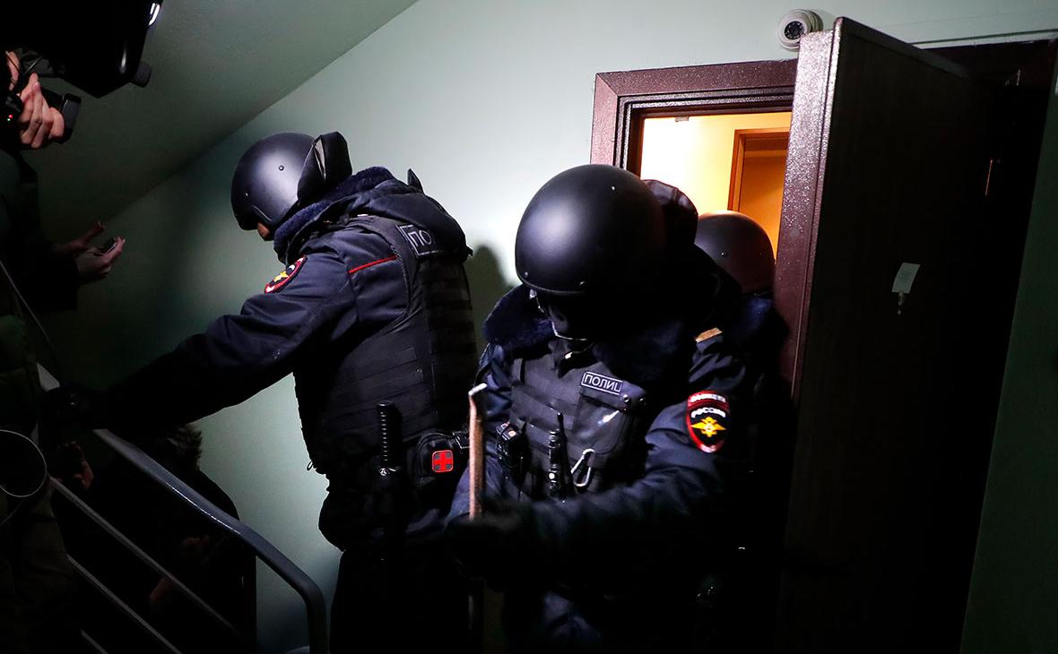 Сотрудники полиции у квартиры оппозиционера Алексея Навального на Люблинской улице