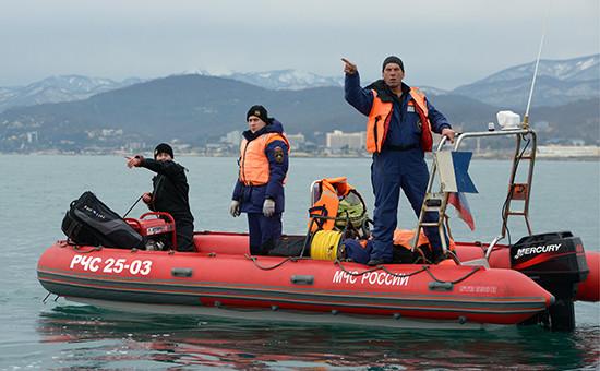 Спасатели во время поисково-спасательных работ у побережья Черного моря, где потерпел крушение самолет Ту-154