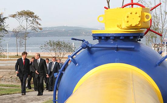 Президент России Владимир Путин (в центре) ипредседатель правления ОАО«Газпром» Алексей Миллер (слева) нацеремонии запуска вэксплуатацию магистрального газопровода