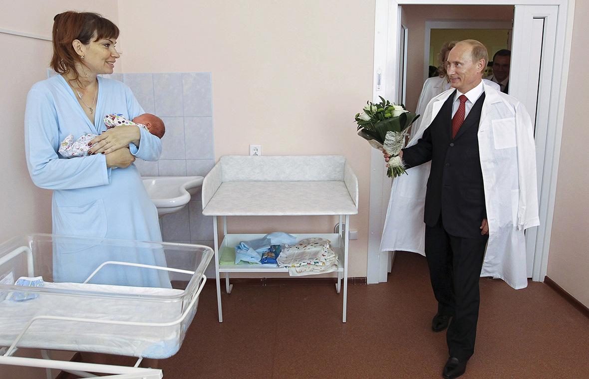 Владимир Путин во время посещения перинатального центра в Твери. 2010 год