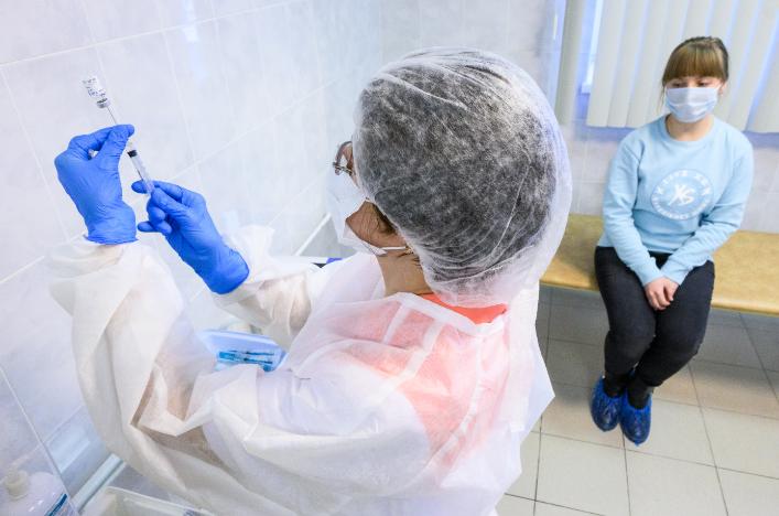 Вскоре медики начнут прививать от коронавируса жителей из групп риска.