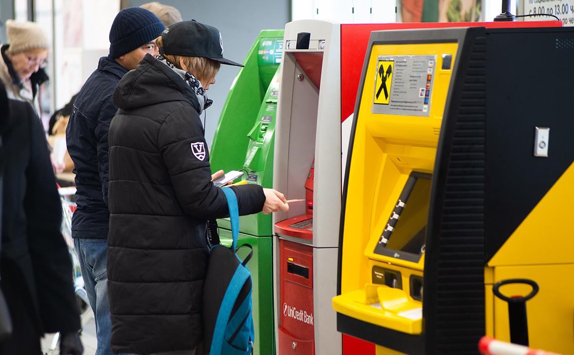 Банки в год пандемии увеличили выдачи карт до рекорда за семь лет