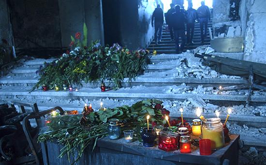 Зажженные свечи в память о погибших в Доме профсоюзов. Архивное фото