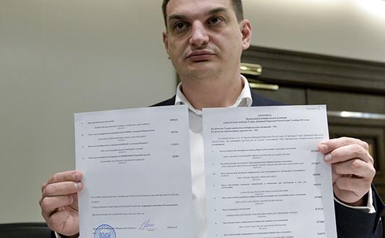 Председатель Центральной избирательной комиссии ДНР Роман Лягин демонстрирует протокол о результатах выборов главы Донецкой народной республики
