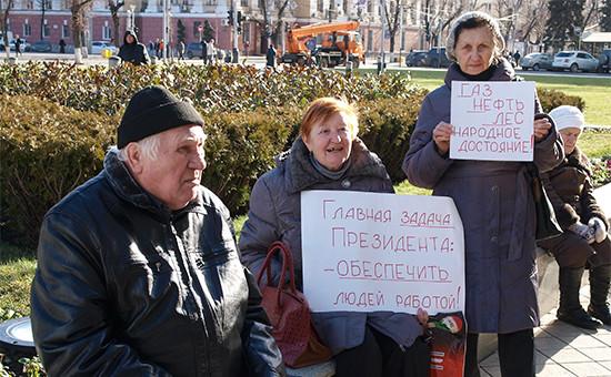 Участники акции против отмены льгот на проезд в общественном транспорте у здания администрации Краснодарского края. 16 января 2016 года