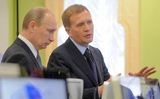 Владимир Путин и Дмитрий Шумков во время посещения ситуационного центра в Московской государственной юридической академии им.О.Е.Кутафина, февраль 2012 года