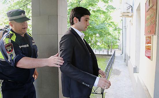 Сын вице-президента «Лукойла» Руслан Шамсуаров у здания Гагаринского суда