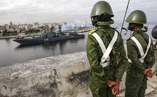 Большой противолодочный корабль Северного флота России Адмирал Чабаненко входит в бухту Гаваны, Куба, 19 декабря 2008 года