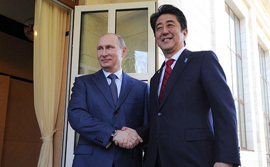 Президент России Владимир Путин ипремьер-министр Японии Синдзо Абэ (слева направо) вовремя встречи врезиденции «Бочаров ручей», 2014 год