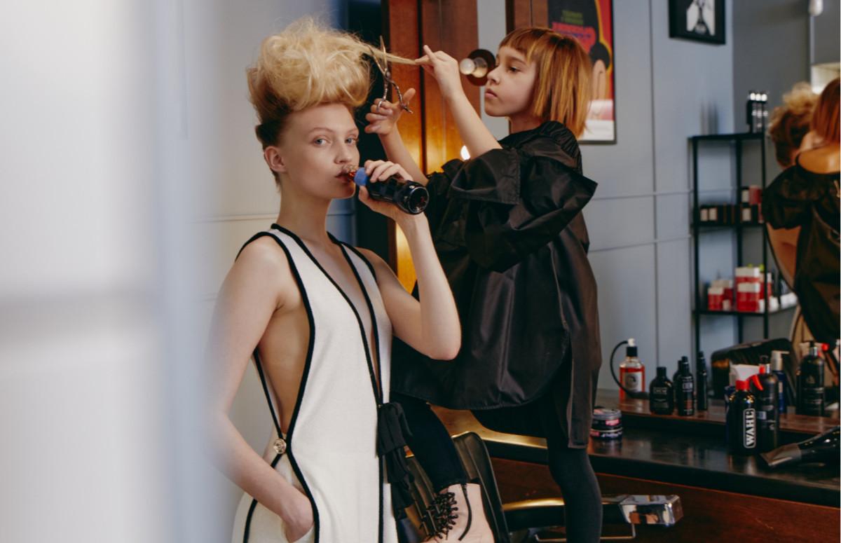 На Але: платье, брюки — все Chanel (бутик Chanel) На Еве: топ Max Mara (ГУМ)