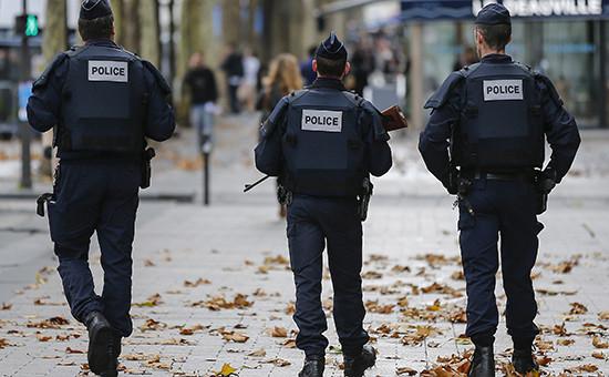 Полицейский патруль на улицах Парижа