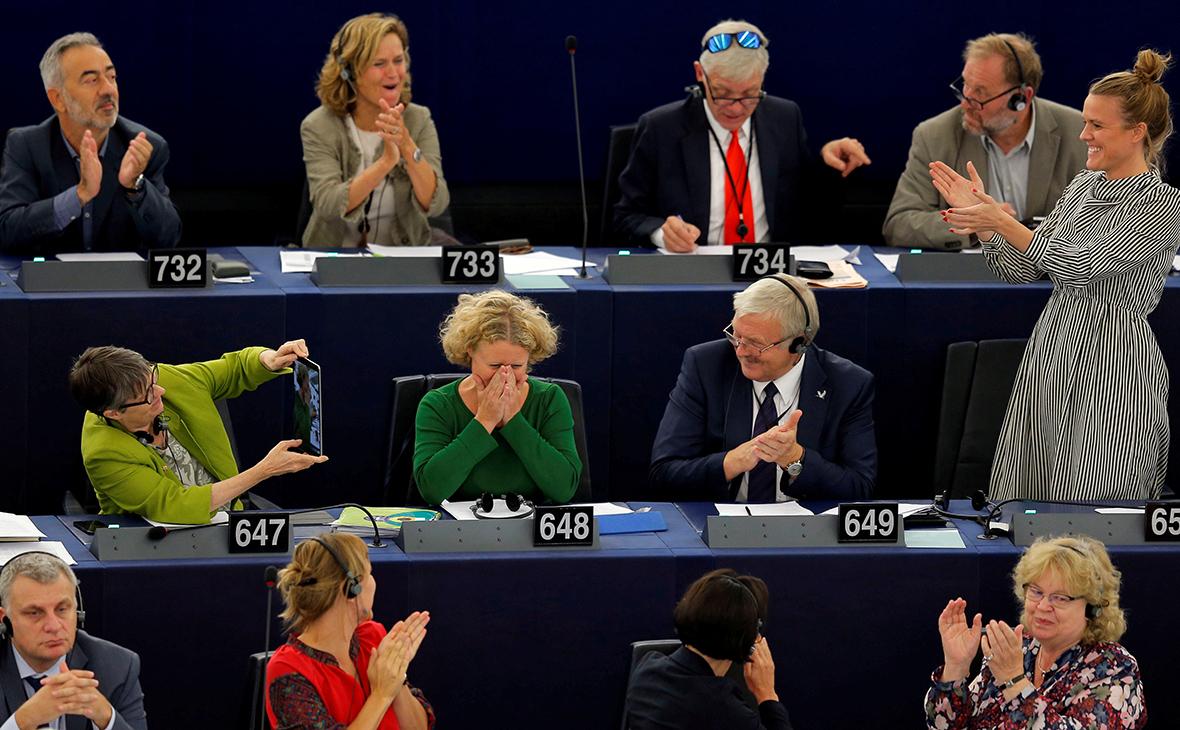 Член Европарламента Джудит Саргентини (в центре)