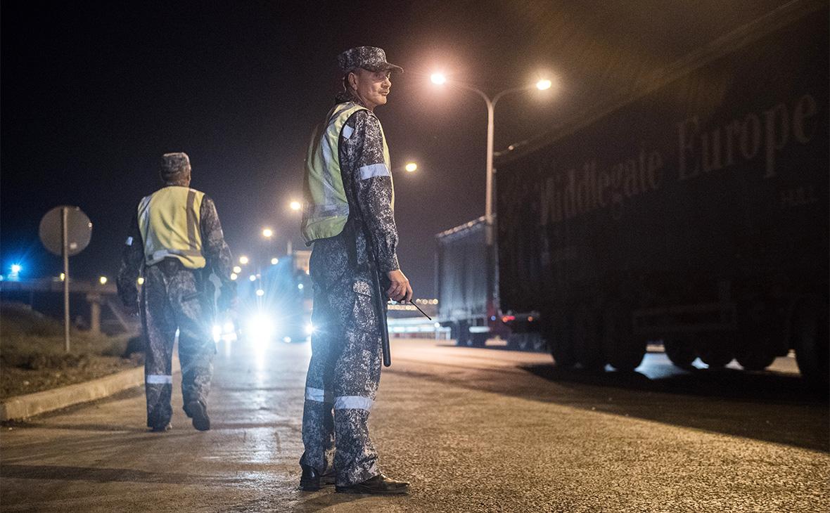 Сотрудники службы безопасности на Крымском мосту