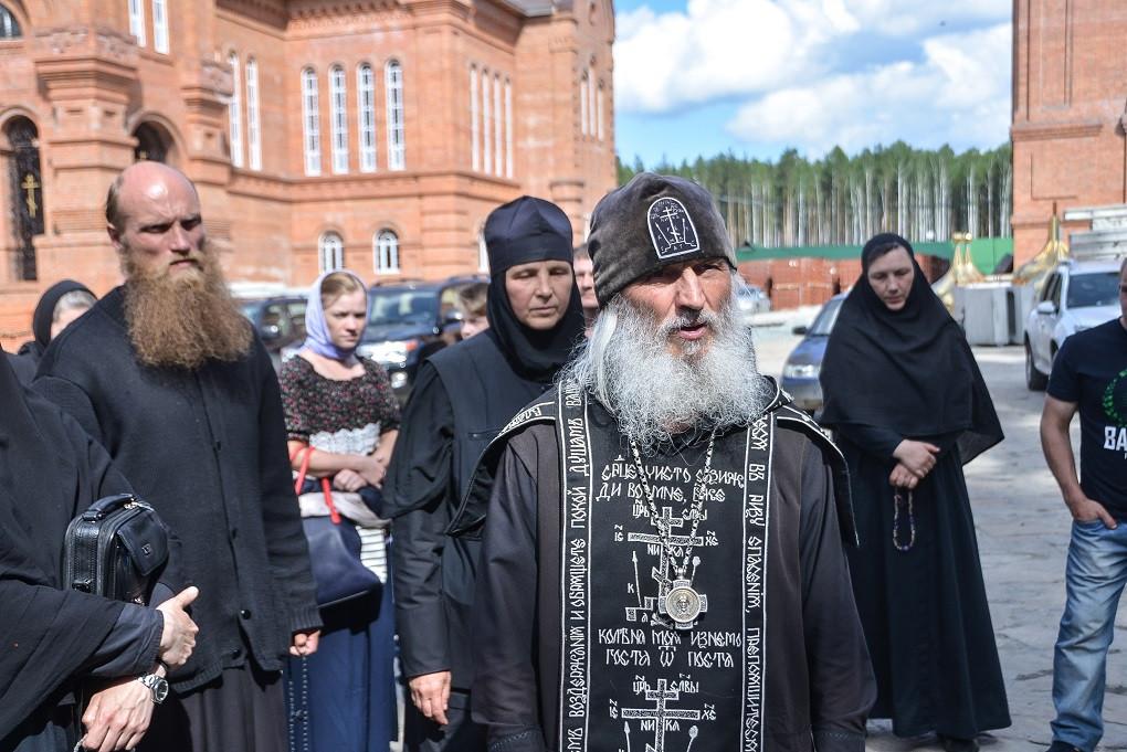 Находящийся в розыске Андрей Кузнецов скрывался в монастыре под именем отец Силуан (на фото слева)