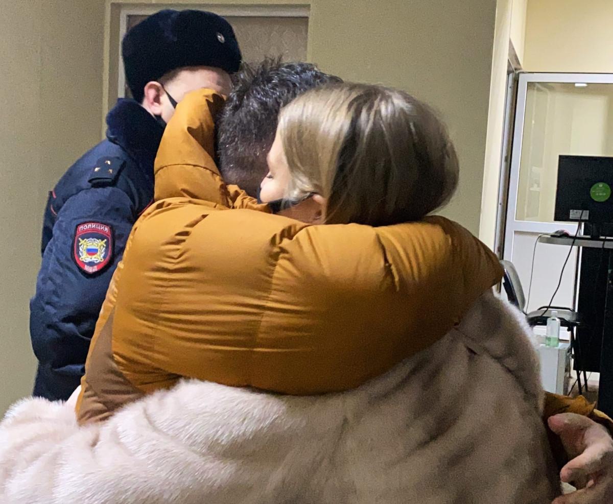 Сергей Бойко— в горчичной куртке. Фото: штаб Навального в Новосибирске