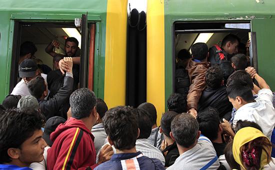 Мигранты штурмуют поезд навокзале КелетивБудапеште