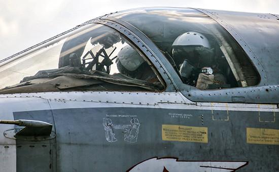Российский летчик вкабине фронтового бомбардировщика Су-24М наавиабазе Хмеймим вСирии