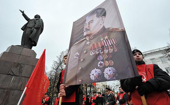 Участники шествия КПРФ, приуроченного к97-й годовщине Великой Октябрьской социалистической революции, 2014 год