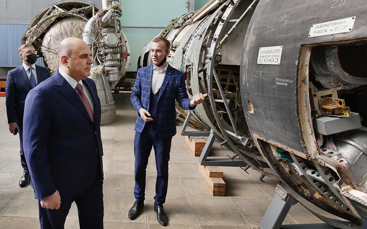 Михаил Мишустин (на первом плане слева) и министр науки и высшего образования РФ Валерий Фальков(слева на втором плане)во время посещения Московского авиационного института в День космонавтики