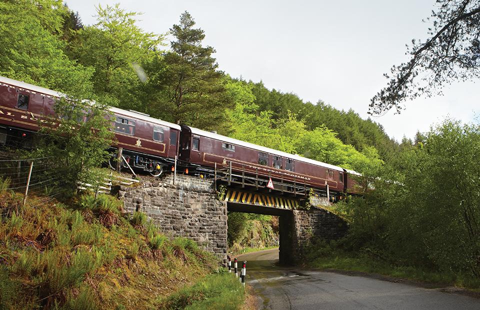 Поезд Belmond Royal Scotsman рассчитан всего на 36 гостей. В программу путешествий входят экскурсии на вискикурни, посещение замков и усадеб