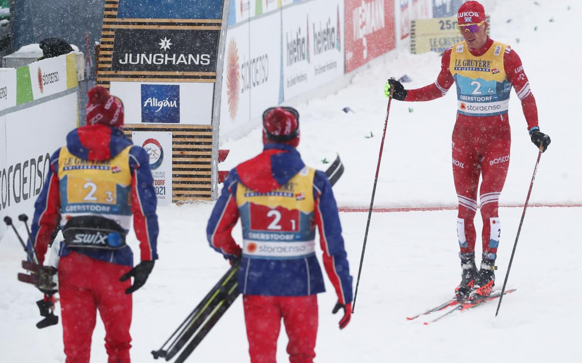 Александр Большунов (справа) на финише эстафеты