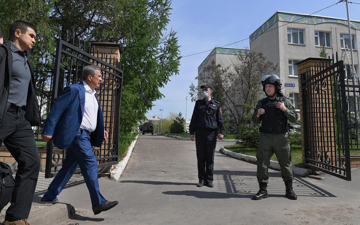 Рустам Минниханов (второй слева) у школы в Казани
