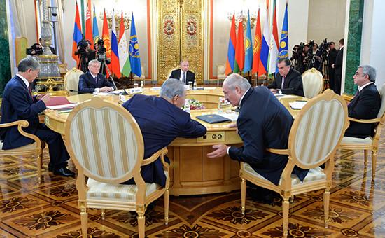 Президент России Владимир Путин (в центре на дальнем плане) на сессии Совета коллективной безопасности ОДКБ в Кремле