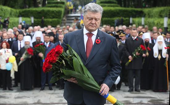 Петр Порошенко во время церемонии возложения цветов к могиле Неизвестного Солдата в Киеве