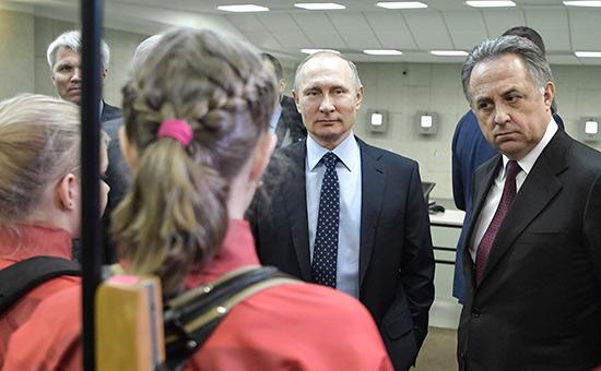 Владимир Путин иВиталий Мутко вовремя посещения регионального центра спортивной подготовки «Академия биатлона» вКрасноярске