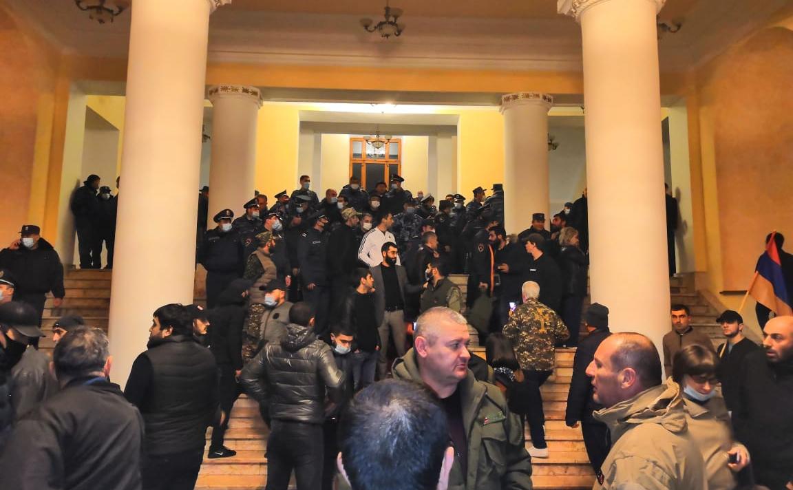 Протестующие у здания правительства Армении в Ереване