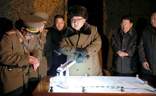 Лидер КНДР Ким Чен Ын вместе с военоначальниками на полигоне во время одного из запусков баллистических ракет, архив