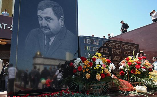 Памятная плита перед музеем Ахмата-хаджи Кадырова в Мемориальном комплексе Славы в Грозном