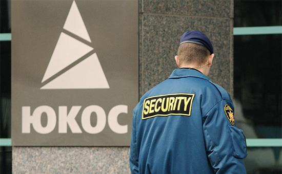 Вход в центральный офис нефтяной компании «ЮКОС», 2004 год