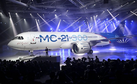 Премьер-министр РФ Дмитрий Медведев (в центре) во время церемонии выкатки самолета МС-21 в Иркутске