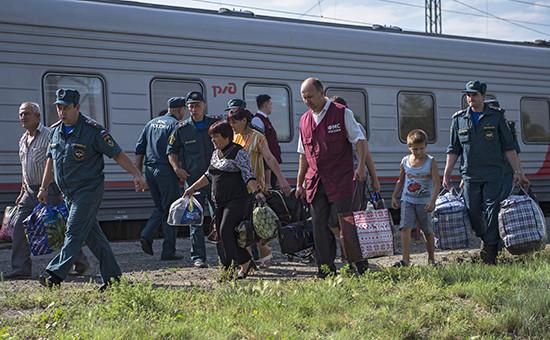 Сотрудники МЧС и ФМС встречают беженцев с Украины в Омске, август 2014 г.