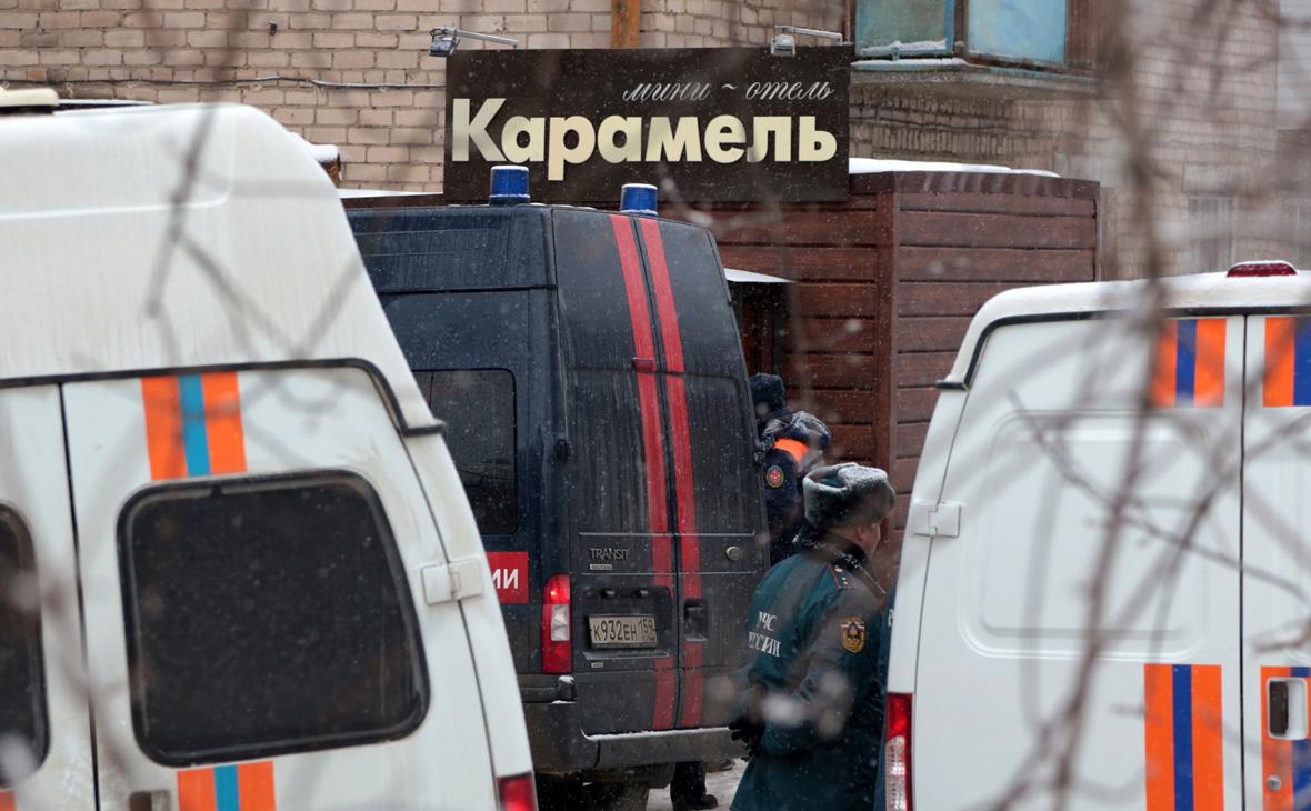 Сотрудники правоохранительных органов у здания мини-отеля «Карамель»