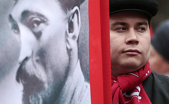 Участник шествия КПРФ, приуроченного к 97-й годовщине Великой Октябрьской социалистической революции, с портретом Дзержинского